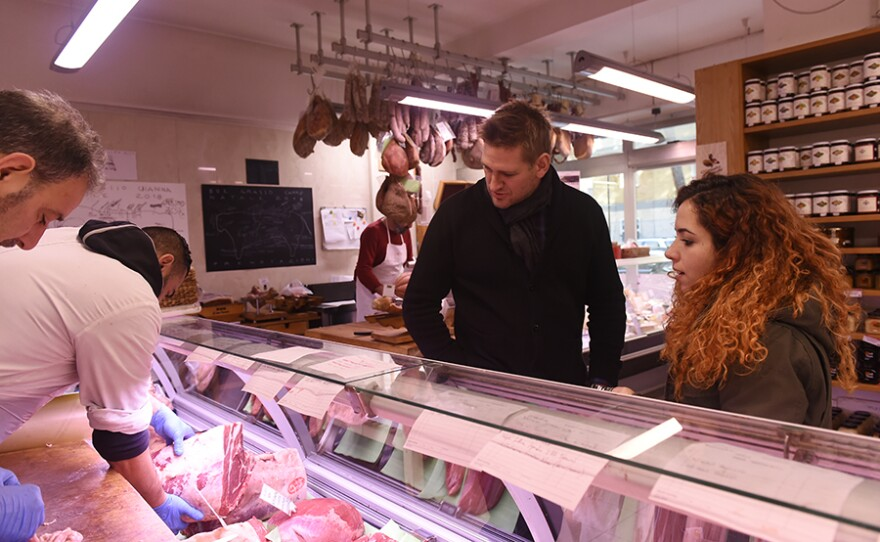 Curtis Stone starts his travels to Rome by visiting a local butcher who specializes in organ meats and meets a former chef turned pizzamaker.