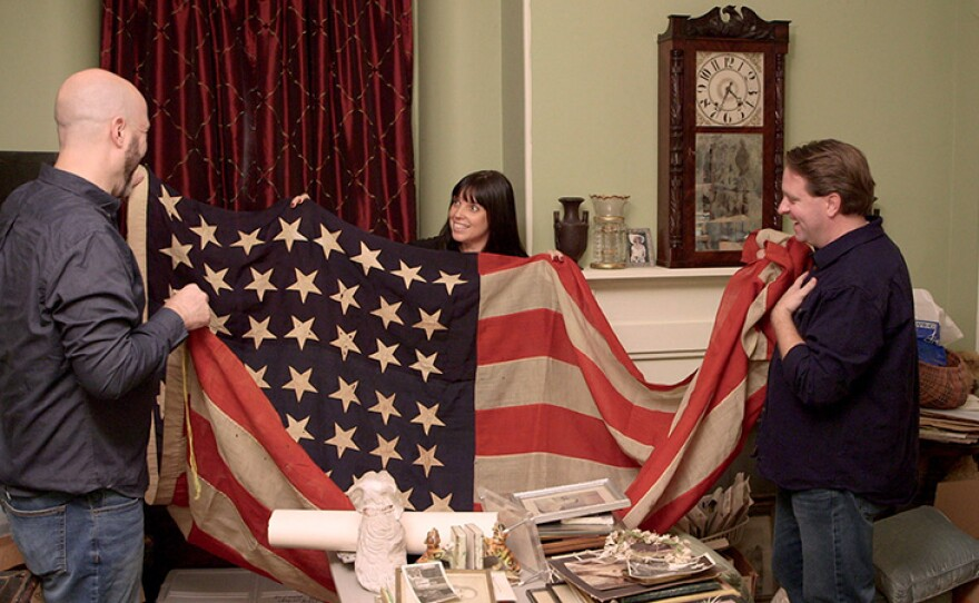 Mike, Jaime and Matt find a 44-star flag in art collector Lenis Northmore's home.