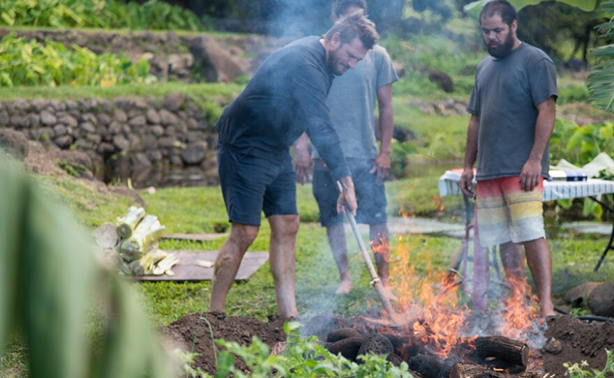 Curtis Stone meets up with local spearfisherman Justin Lee for some diving off the coast of Kona. He entrenches himself in the family culture of the islands, where he helps cook the caught fish for a Hawaiian style barbecue with Justin's family.