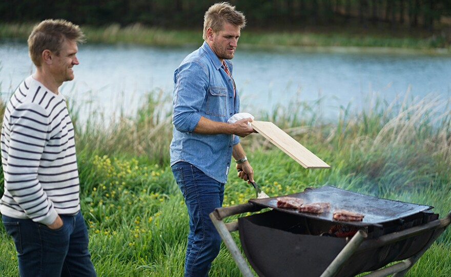Curtis Stone heads to his hometown of Melbourne with his brother Luke to visit old friends and taste new culinary creations.